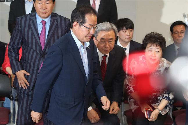 제7회 전국동시지방선거 개표가 시작된 13일 오후 서울 여의도 자유한국당 당사에서 홍준표 자유한국당 대표가 개표방송 출구조사를 시청한 뒤 무거운 표정으로 개표상황실을 떠나고 있다. ⓒ데일리안 홍금표 기자