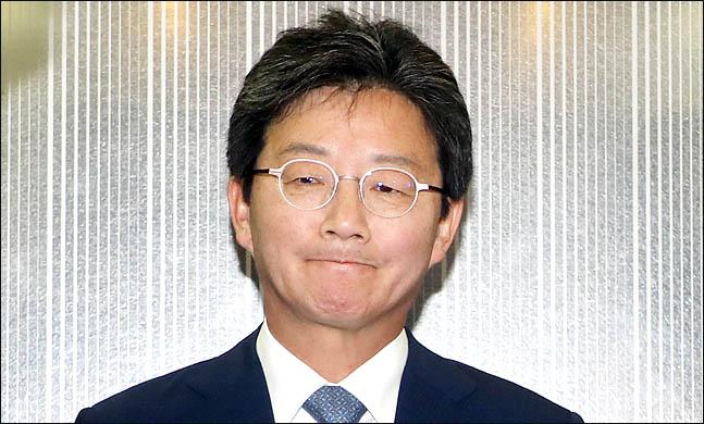 유승민 바른미래당 공동대표가 14일 오전 서울 여의도 바른정당 당사에서 지방선거 패배의 책임을 지고 대표직 사퇴를 밝힌 뒤 승강기에 올라 굳은 표정을 하고 있다. ⓒ데일리안 박항구 기자