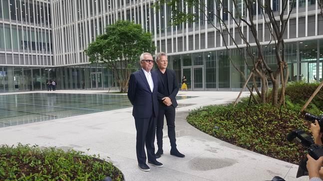 (왼쪽부터)아모레퍼시픽 신사옥을 설계한 데이비드 치퍼필드와 크리스토프 펠거 디자인 디렉터. ⓒ데일리안