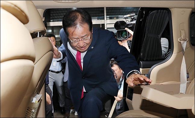 홍준표 자유한국당 대표가 14일 오후 서울 여의도 당사에서 열린 최고위원회의에서 6.13 지방선거 참패와 관련해 대표직 사퇴를 밝힌 뒤 당사를 떠나며 차량에 탑승하고 있다. ⓒ데일리안