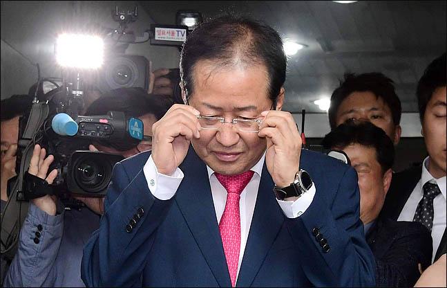 홍준표 자유한국당 대표가 지난 14일 오후 서울 여의도 당사에서 열린 최고위원회의에서 6.13 지방선거 참패와 관련해 대표직을 사퇴한 뒤 당사를 떠나고 있다. ⓒ데일리안