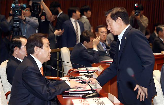 김성태 자유한국당 원내대표와 김무성 의원이 지난달 3일 오후 국회에서 열린 의원총회에서 대화를 나누고 있다. (자료사진) ⓒ데일리안 박항구 기자