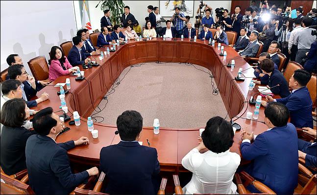 자유한국당 초선의원들이 19일 오전 국회 회의실에서 당 재건 및 개혁방안 등을 논의하기위해 모임을 하고 있다. ⓒ데일리안 박항구 기자