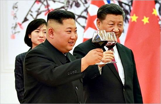 김정은 북한 국무위원장(왼쪽)과 시진핑 중국 국가주석이 지난 19일 중국 베이징에서 3차 북중 정상회담을 진행하고 있다. ⓒ조선중앙통신