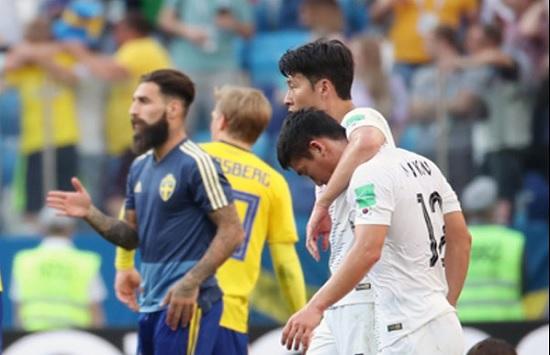 18일 러시아 니즈니노브고로드 스타디움에서 열린 2018 러시아 월드컵 F조 조별리그 1차전 대한민국과 스웨덴의 경기에서 손흥민이 김민우를 위로하고 있다. ⓒ 연합뉴스