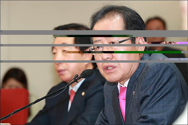 홍준표 자유한국당 대표가 지난 5월 27일 오후 서울 여의도 당사에서 지난 26일 열린 제2차 남북정상회담과 관련해 기자회견을 열고 발언하고 있다. ⓒ데일리안 류영주 기자