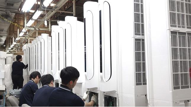 캐리어에어컨 광주공장 직원들이 '에어로 18단 에어컨'을 생산작업을 하고 있다. ⓒ캐리어에어컨