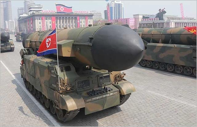 북한이 지난해 진행된 열병식에서 대륙간탄도미사일을 공개하고있다 ⓒ조선중앙통신