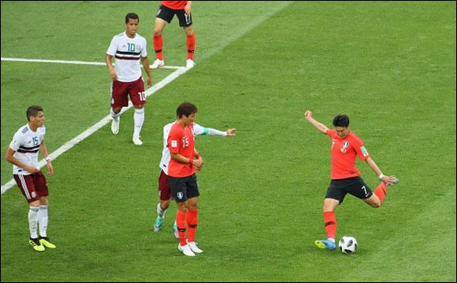 손흥민이 2018 러시아 월드컵 F조 조별리그 2차전 멕시코와의 경기에서 환상적인 중거리슛으로 첫 골을 터트리고 있다. ⓒ 연합뉴스