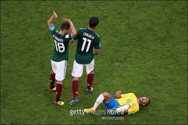 네이마르가 라윤에게 발을 밟힌 뒤 고통스러워하고 있다. ⓒ 게티이미지