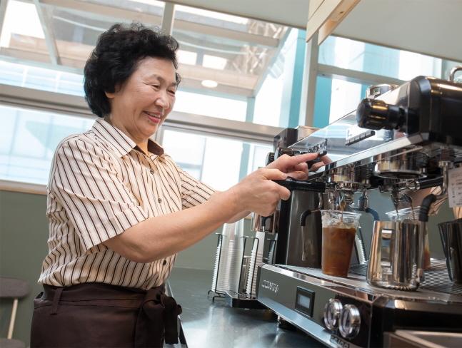 충남 아산시 '카페 休:휴' 5호점에 근무하는 김순점씨가 고객이 주문한 아메리카노를 직접 내리고 있다.ⓒ삼성전자