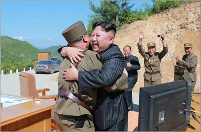 김정은 북한 국무위원장이 지난해 9월 대륙간탄도미사일(ICBM) '화성-14형' 시험발사에 성공하고 기뻐하고 있다. ⓒ노동신문