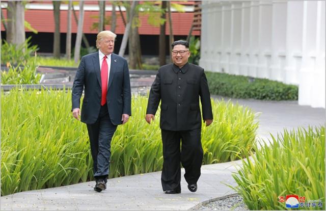 도널드 트럼프 미국 대통령(왼쪽)과 김정은 북한 국무위원장이 지난달 개최된 북미정상회담에서 회동하고 있다. ⓒ조선중앙통신