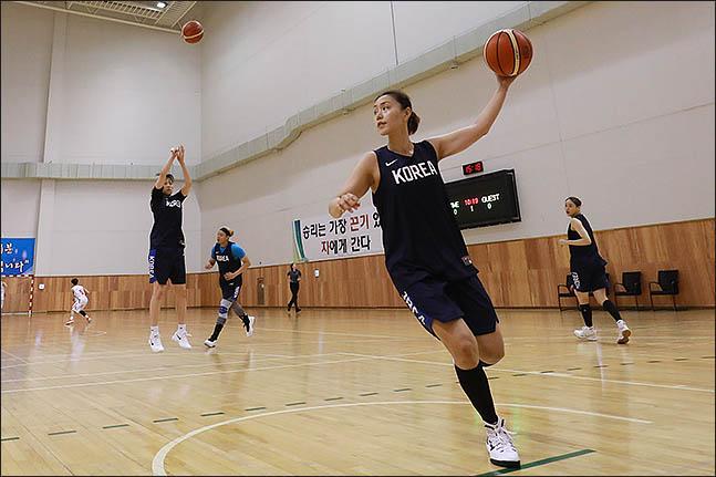 10일 오후 충북 진천 국가대표선수촌 농구장에서 2018 자카르타-팔렘방 아시안게임 참가하는 여자 농구 국가대표선수들이 훈련을 하고 있다. ⓒ데일리안 류영주 기자