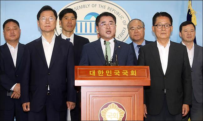 최경환 민주평화당 의원이 11일 국회 정론관에서 박지원, 천정배 의원이 배석한 가운데 8.5 전당대회 당대표 출마를 공식 선언하고 있다. ⓒ데일리안 박항구 기자