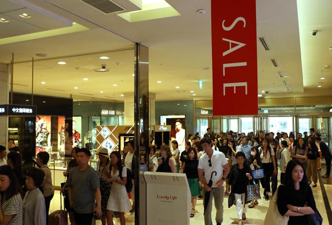 롯데백화점 본점서 18년 여름 정기 세일 오픈때 고객들이 들어오는 모습.ⓒ롯데백화점