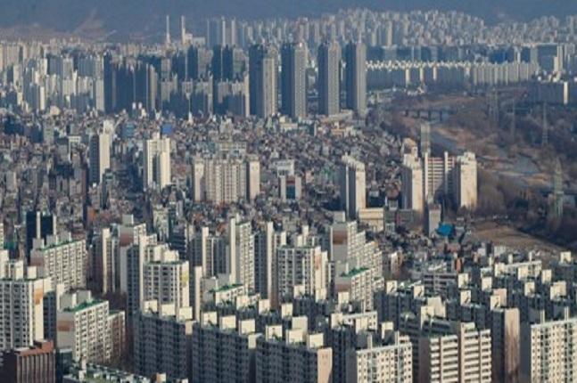 국토부는 지난 10일 혁신위가 시세와 동떨어진 부동산 공시가격을 인상해야 한다는 내용을 골자로 발표한 '정책 개선 권고안'과 관련해 특별한 실행계획이 없다고 11일 밝혔다. 서울의 한 아파트단지 밀집지역 모습.ⓒ연합뉴스
