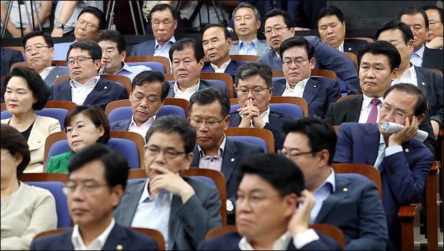 지난달 28일 오후 국회에서 열린 자유한국당 의원총회에서 의원들이 심각한 표정을 하고 있다. (자료사진) ⓒ데일리안 박항구 기자
