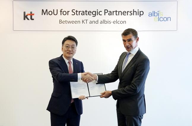 10일 독일 알비스엘콘 본사에서 열린 협약식에서 KT 글로벌사업단장 김형준 전무(왼쪽), 알비스엘콘 CEO 베르너 노이바우어가 기념사진 촬영에 임하고 있다. ⓒ KT