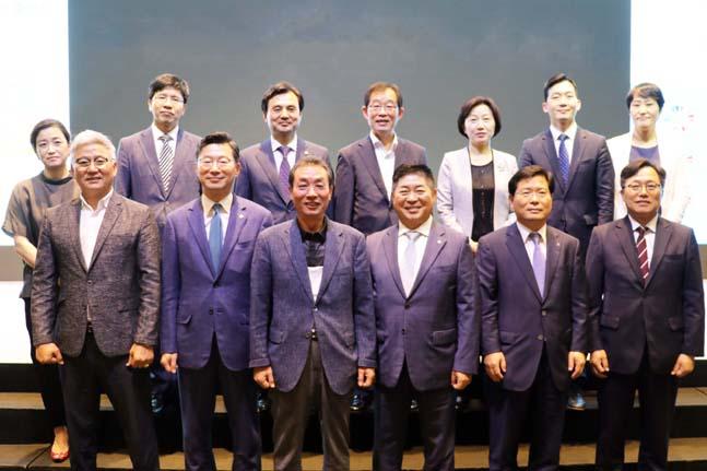 CJ대한통운은 지난 11일 서울시 여의도 글래드 호텔에서 열린 'UN지원SDGs한국협회 7주년 기념행사'에서 CJ대한통운의 실버택배가 한 해 동안 가장 뛰어난 지속가능경영을 이행한 기업에게 수여되는 'UN SDGs 기업 이행상'을 수상했다. 수상자와 관계자들이 시상식에서 단체 기념촬영을 하고 있다.ⓒCJ대한통운