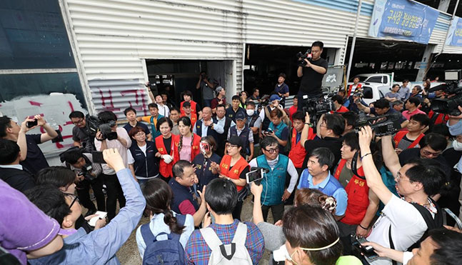 12일 오전 명도소송강제집행이 실시된 서울 동작구 노량진수산시장에서 구시장 상인들이 관계자들의 진입을 막아서고 있다. ⓒ연합뉴스
