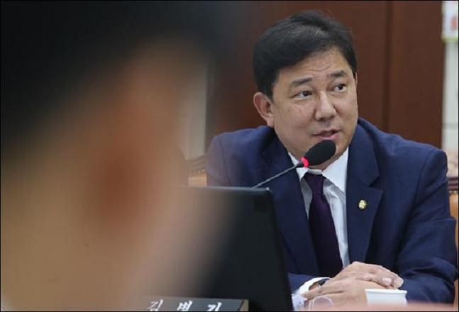 김병기 더불어민주당 의원이 지난 2016년 10월 14일 국회에서 열린 국방위원회의 국방부 등에 대한 국정감사에서 한민구 국방부 장관에게 질의하고 있다.(자료사진)ⓒ데일리안
