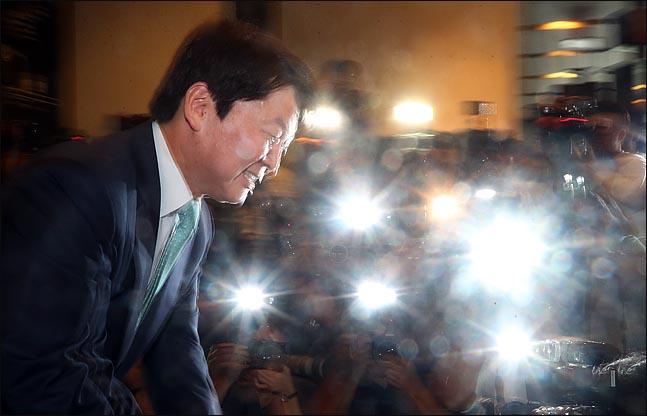 안철수 바른미래당 전 대표(사진)가 12일 오후 서울 여의도의 한 카페에서 정치일선 후퇴 기자간담회를 하기에 앞서 고개를 숙이고 있다. ⓒ데일리안 박항구 기자