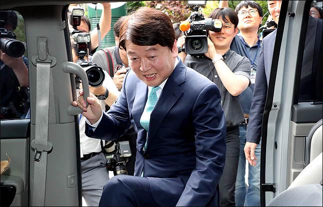 안철수 전 바른미래당 대표가 12일 오후 정치일선에서 물러난다는 내용의 기자간담회를 마친 뒤, 차량에 오르고 있다. ⓒ데일리안 박항구 기자
