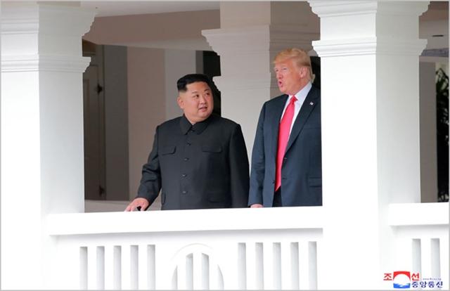 김정은 북한 국무위원장(왼쪽)과 도널드 트럼프 미국 대통령이 지난달 싱가포르에서 개최된 북미정상회담에서 회동하고 있다. ⓒ조선중앙통신