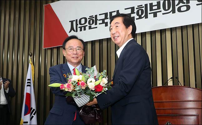 이주영 자유한국당 의원이 12일 오후 열린 의원총회에서 20대 후반기 국회부의장으로 선출된 직후, 김성태 원내대표로부터 꽃다발을 전달받으며 환하게 웃고 있다. ⓒ데일리안 박항구 기자