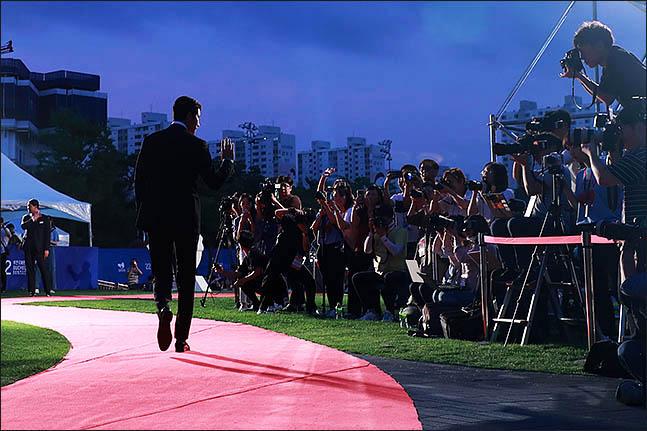 12일 오후 경기도 부천시청 잔디광장에서 열린 제22회 부천국제판타스틱영화제 개막식에 정우성이 레드카펫을 걸어오고 있다. ⓒ데일리안 류영주 기자