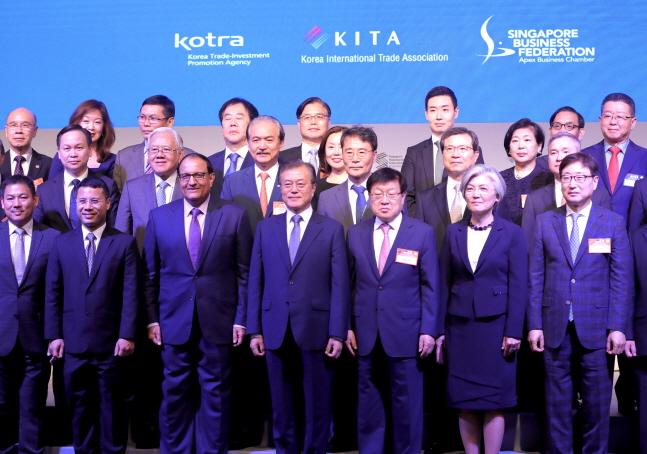 문재인 대통령(앞줄 가운데)이 12일(현지시간) 싱가포르 샹그릴라 호텔에서 개최된
