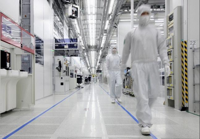 삼성전자 중국 시안 반도체 공장에서 현지 직원들이 생산라인을 살펴보고 있다.(자료사진)ⓒ삼성전자