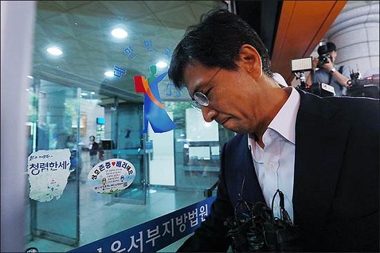 수행비서 성폭행 등의 혐의를 받는 안희정 전 충남도지사가 지난 2일 오전 서울 마포구 서부지방법원에서 열린 첫 공판에 출석하고 있다. ⓒ데일리안 류영주 기자