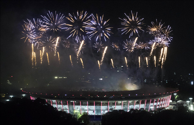 18일 인도네시아 자카르타 겔로라 붕 카르노(GBK) 주경기장에서 열린 2018 자카르타-팔렘방 아시안게임 개회식에서 불꽃이 터지고 있다. ⓒ데일리안
