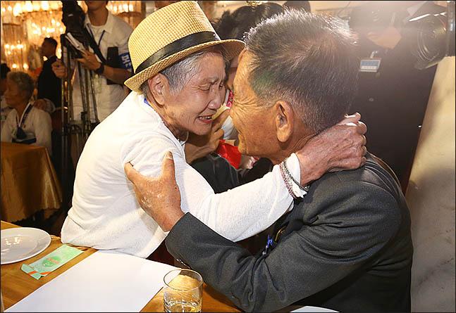 20일 금강산호텔에서 열린 제21차 남북 이산가족 단체상봉 행사에서 남측 이금섬(92) 할머니가 아들 리상철(71)을 만나 포옹을 하며 눈물을 보이고 있다. ⓒ사진공동취재단