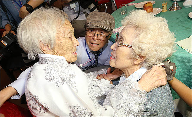 20일 금강산호텔에서 열린 제21차 남북 이산가족 단체상봉 행사에서 남측의 조혜도씨(86)가 북측의 언니 조순도씨(89)를 만나 포옹을 하며 울고 있다. ⓒ사진공동취재단