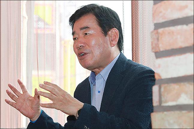 더불어민주당 대표에 도전한 김진표 의원이 20일 오후 데일리안과 인터뷰를 갖고 있다. ⓒ데일리안 류영주 기자