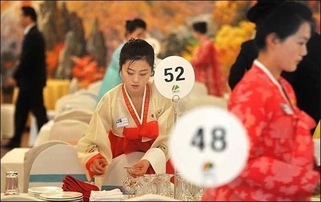 사진은 2014년 2차 남북 이산가족 상봉 당시 금강산호텔에서 북측 접대원들이 공동중식을 준비하는 모습.(자료사진) ⓒ사진공동취재단