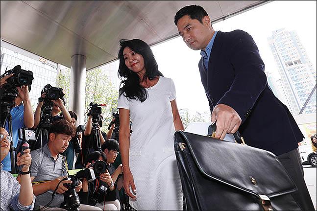 김부선이 14일 오후 경기 분당경찰서에 이재명 경기지사와의 불륜 스캔들 관련 2차 조사를 받기 위해 강용석 변호사와 함께 출석하고 있다. ⓒ데일리안 류영주 기자