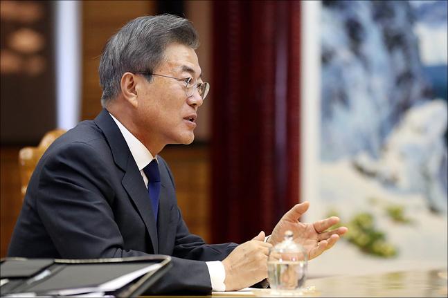 문재인 대통령이 지난 5월 27일 판문점 북측 통일각에서 북 김정은 노동당 국무위원장과 2차 남북정상회담을 갖고 있다. ⓒ청와대