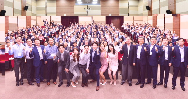 LG화학 신입사원 6명(앞줄 가운데)이 20일 경기도 오산 LG화학 리더십센터에서 열린 '임원 리더십 워크숍'에서