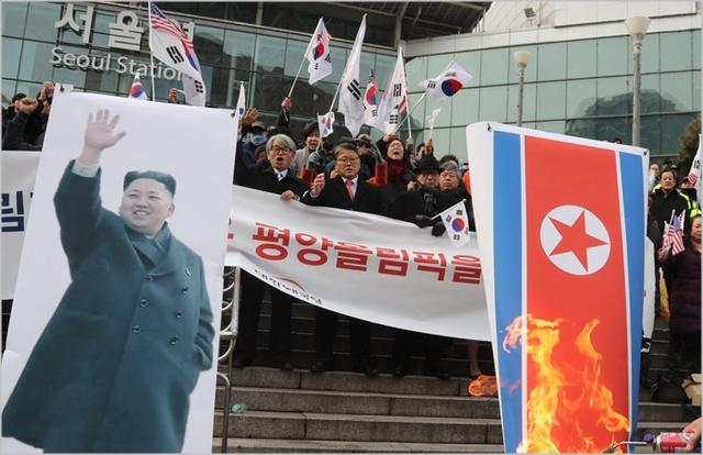 지난 1월 서울역 광장에서 조원진 대한애국당 대표와 당원들이