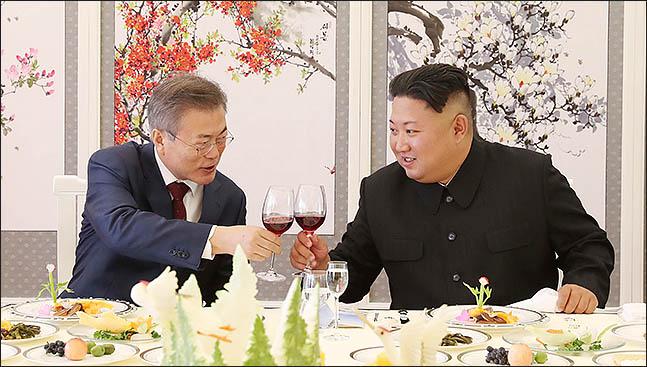 문재인 대통령과 김정은 북한 국무위원장이 20일 백두산 인근의 삼지연초대소에서 오찬에 앞서 건배를 하며 잔을 부딪히고 있다. ⓒ평양사진공동취재단