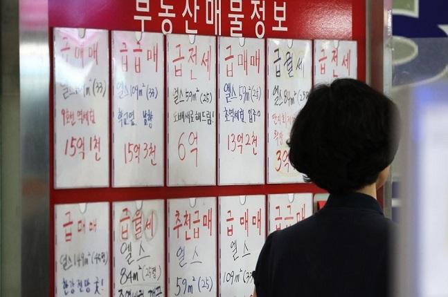 정부의 9·13부동산대책 발표 이후 매매시장은 잠잠한 반면, 전세시장은 불안해질 가능성이 높다는 전망이 계속되고 있다. 서울의 한 공인중개업소 모습.ⓒ연합뉴스