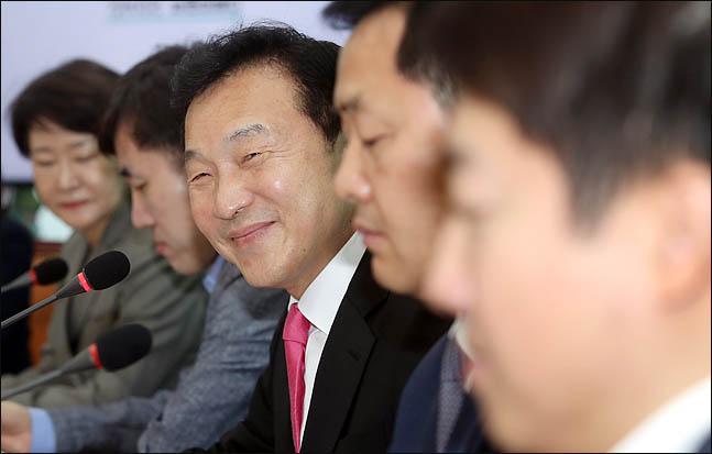 손학규 바른미래당 대표(사진)는 10일 오후 서울 성동구 한국건축물관리연합회를 찾아 직능단체 정책간담회를 가졌다(자료사진). ⓒ데일리안 박항구 기자