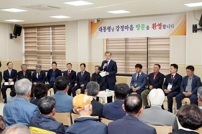 문재인 대통령이 11일 제주특별자치도 서귀포 강정마을 커뮤니티센터에서 열린