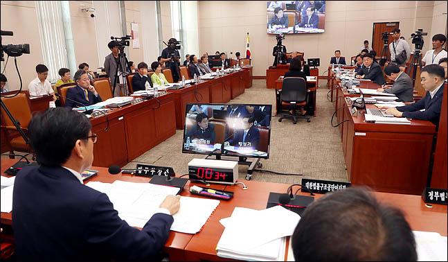 19일 국회 법제사법위원회 회의실에서 박상기 법무부 장관 등이 출석한 가운데 법사위 전체회의가 진행되고 있다. (자료사진) ⓒ데일리안 박항구 기자