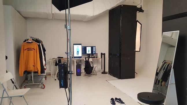 무신사 스튜디오의 촬영 공간에서 한 패션업체가 상품 이미지 작업을 하고 있는 모습. ⓒ데일리안