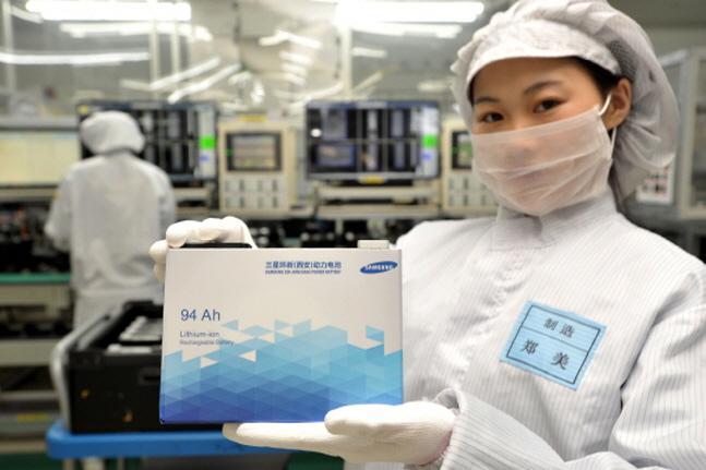 중국 산시성 시안 소재 삼성SDI 공장의 한 직원이 전기자동차용 배터리를 들어 보이고 있다.(자료사진)ⓒ삼성SDI
